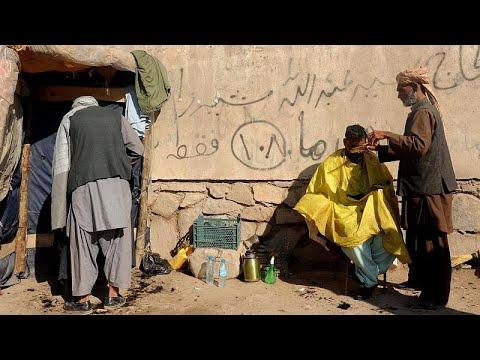 مجيء طالبان يطوق نشاط الحلاقين في أفغانستان والزبائن يودعون التسريحات البراقة…
