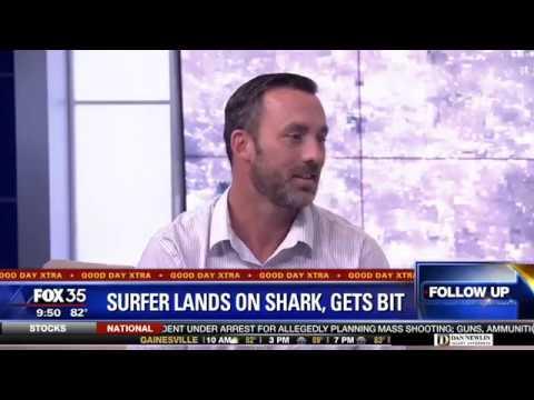Sharon Gomez - New Smyrna Beach-Surfer cae encima de un Tiburon