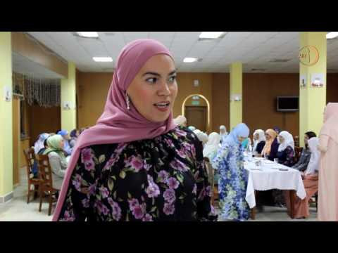 Смотреть Мусульманка-психолог помогает не только словом, но и молитвами онлайн