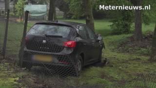Auto tegen boom in Ommen