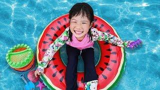 날씨가 더워요~ 미니와 유니의 파타야 해수욕장 모래놀이 수박 튜브  Watermelon Tube on Beach Playing with Sand and other Kids Toy