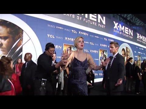 Jennifer Lawrence ALMOST Fail At The X-Men: Days Of Future Past Premiere | Splash News TV