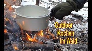 Outdoor Kochen im Wald bei Schnee