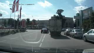 видео: феерический долбоёб на мотороллере и Bentley р009рр97
