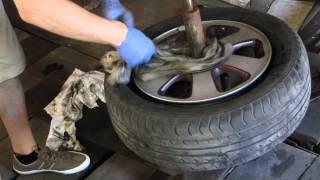 шиномонтаж руками. аллюминиевый диск(сняли поставили шину другой стороной., 2015-06-07T01:19:08.000Z)
