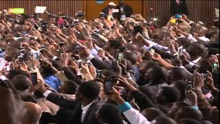 President Obama breaks security protocol, handshakes with Kenyans