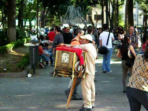 Cilindrero en Coyoacan La vida no vale nada...! :D - YouTube