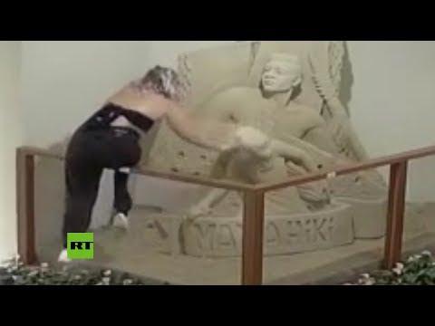 Una joven destruye una escultura de arena en un hotel mientras la amiga la graba