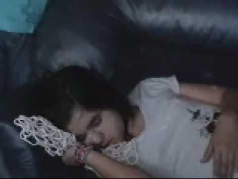 mi hermana raja durmiendo y mi mamà molestando xD
