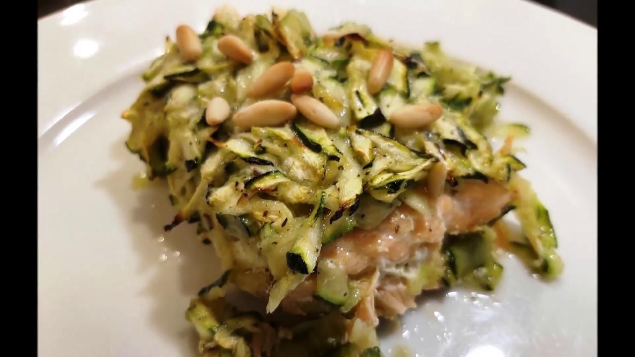 Salmone al forno con zucchine, pinoli ed erbe di provenza