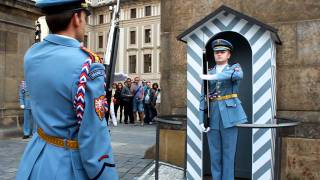Смена караула у Пражского Града, Прага(Смена караула у Пражского Града, в Праге, происходит каждый час. В этом видео короткая смена, т.к. была снято..., 2011-08-16T09:23:55.000Z)