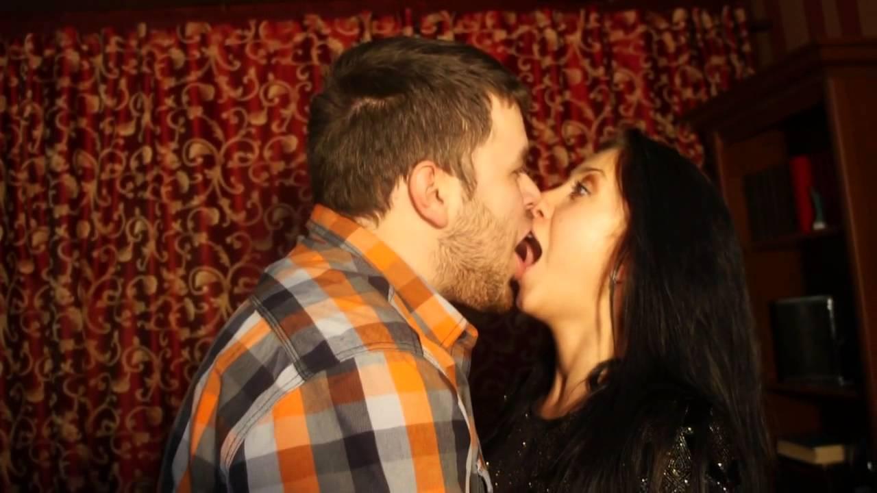 Смотреть как девушка целует парня дома и как парень раздевает её фото 344-219