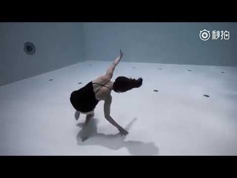 法国自由潜水冠军,舞者Julie Gautier在威尼斯附近世界最深的泳池拍摄水下舞蹈短片AMA,许多高难度的动作在水下得以完成,简直太美了!