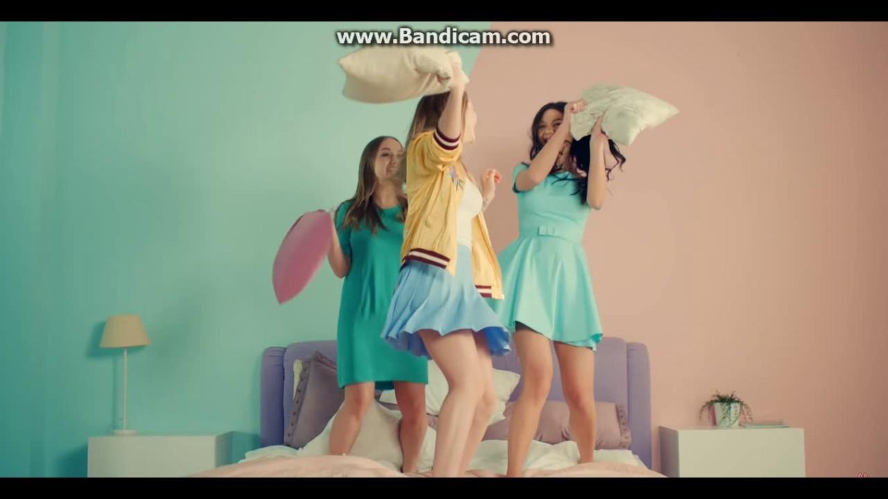 Девочки показывают свои трусики видео