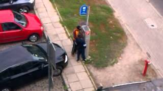 Okradanie parkomatów w Opolu [www.24opole.pl](Czytelnik portalu 24opole.pl zarejestrował jak dwójka mężczyzn okrada parkomat przy ul. Ozimskiej w Opolu. Funkcjonariusze jednego z nich, 34 - latka ..., 2012-11-07T22:10:22.000Z)
