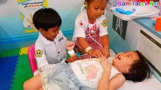 Anak & Balita Lucu bermain mainan anak Main Dokter - dokteran asik sekali bersama banyak teman teman