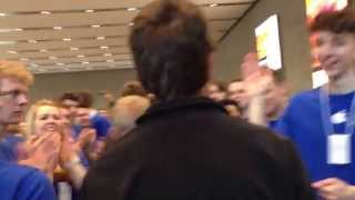 Opening of the Apple Store - Greetings by the employees going crazy :-)