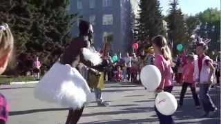 Цирковое представление для детей(Ассоциация предпринимателей Бердска подарила детям 1 сентября 2012 года - в День города Бердска - веселую..., 2012-09-01T13:36:06.000Z)
