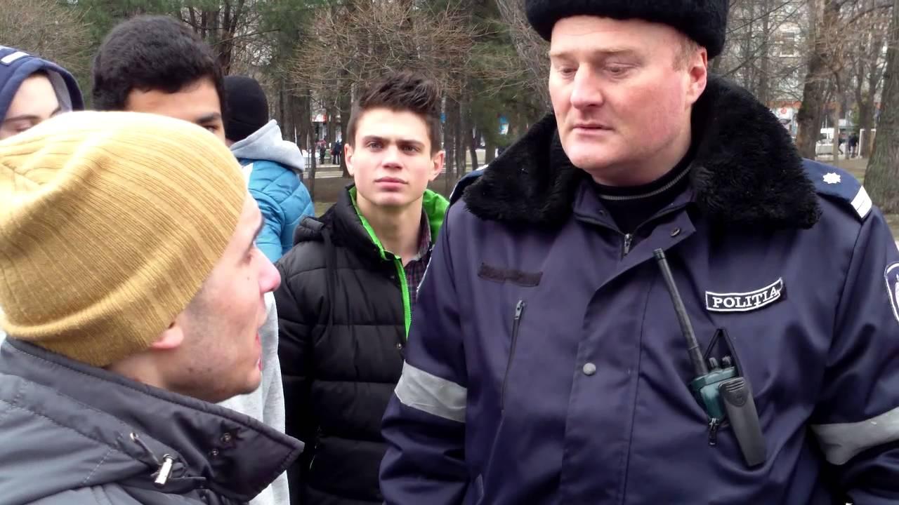 Un polițist s-a luat de tinerii care săreau pe iarbă