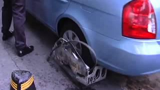 Mujer automovilista huye de la ley