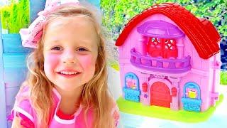 Nastya mengecat playhouse-nya dengan warna pink.