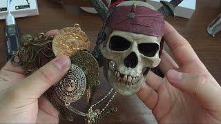 череп весёлого Роджера из Пиратов Карибского моря и монеты из сундука мертвеца