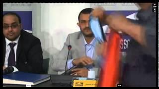 صحفية عدنية ترمي حمزة الحوثي بالحذاء في جنيف