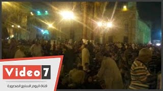 بالفيديو .. المئات يفتروشون الأرض أمام مسجد الحسين احتفالاً بليلة القدر