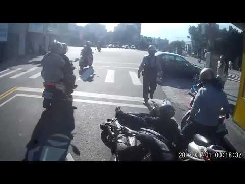(警察秒現身)三寶右轉撞機車 警察突然現身