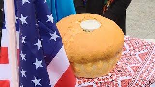 Дональда Трампа вітали «хлібом сіллю» біля посольства США у Києві
