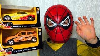 Petit Garçon SpiderMan Déballage Voitures