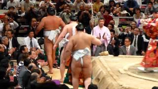 比べる!?白鵬と日馬富士、2横綱の不知火型土俵入り(平成24年9月29日) thumbnail