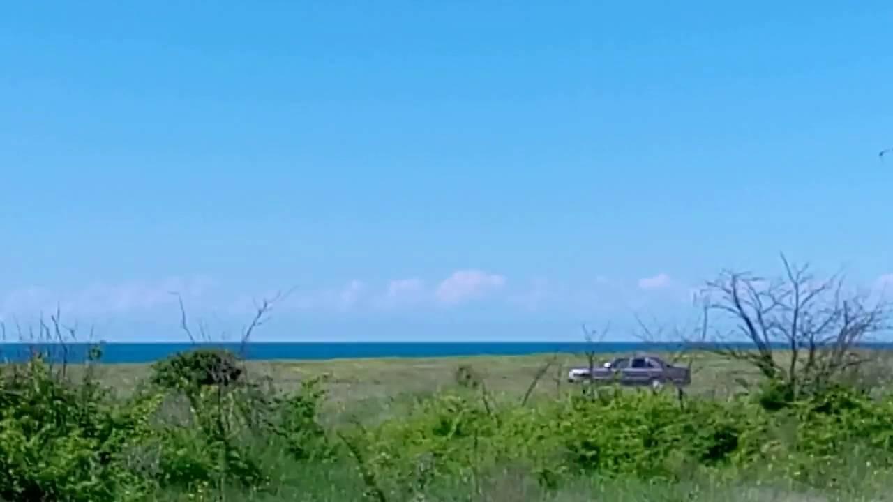 В 18 км от евпатории притаилось на морском берегу тихое село витино. Романтика деревенской жизни привлекает горожан, одновременно смущая и пугая сложностями. Отдых у моря, желанный и оздоравливающий, радует вдвойне, когда бытовые условия оправдывают ожидания. Удобства по максимуму.