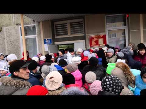 Очередь за путевками в детские лагеря у МФЦ, р-и.тв