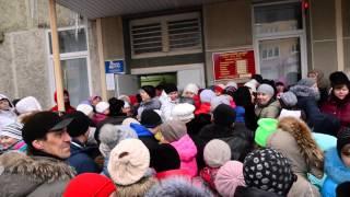 Очередь за путевками в детские лагеря у МФЦ, р-и.тв(, 2016-03-01T10:23:00.000Z)
