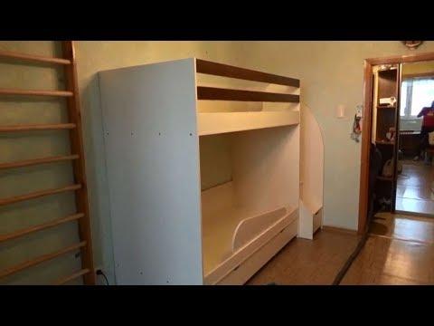 Двухъярусная кровать, с выдвижными ящиками под ступеньками.