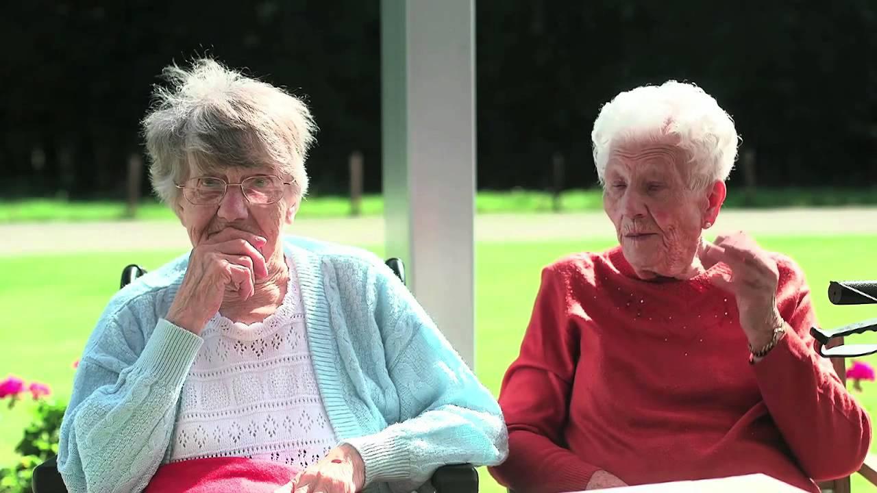 Bedwelming Voelschorten: ouderen helpen ouderen met dementie - YouTube #CM34