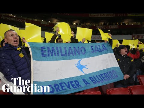 Arsenal and Cardiff pay tribute to Emiliano Sala before match
