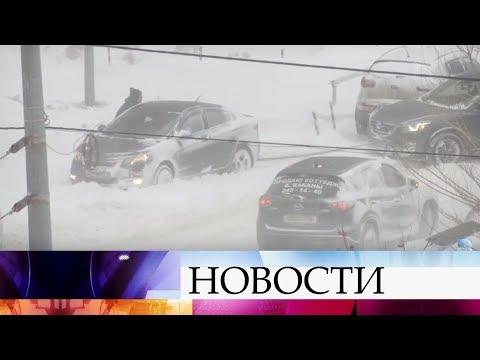 В Саратовской и Калужской областях десятки поселков остались без света из-за мощных снегопадов.