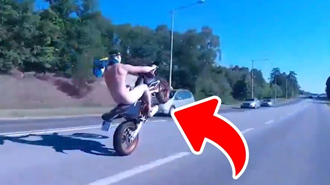 Der Mann fährt mit seinem Motorrad auf die Straße, völlig