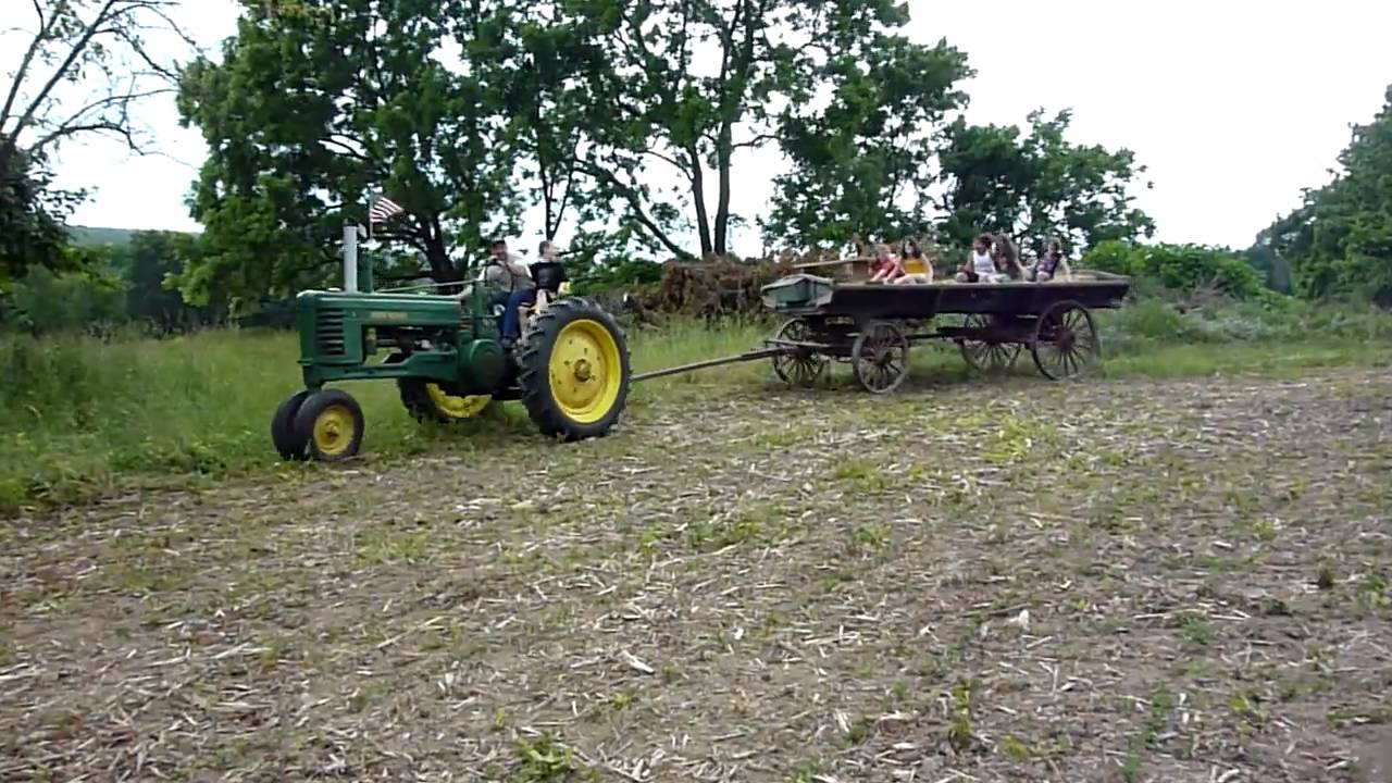Animated John Deere Tractors And Wagon : Antique hay wagon ride john deere b tractor youtube