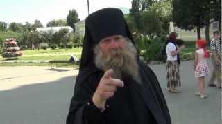 Православный монах атакуе!(Дивеевский женский монастырь. Какому то монаху схимнику не понравилось что его снимают на видео. Тогда..., 2012-07-25T13:45:32.000Z)