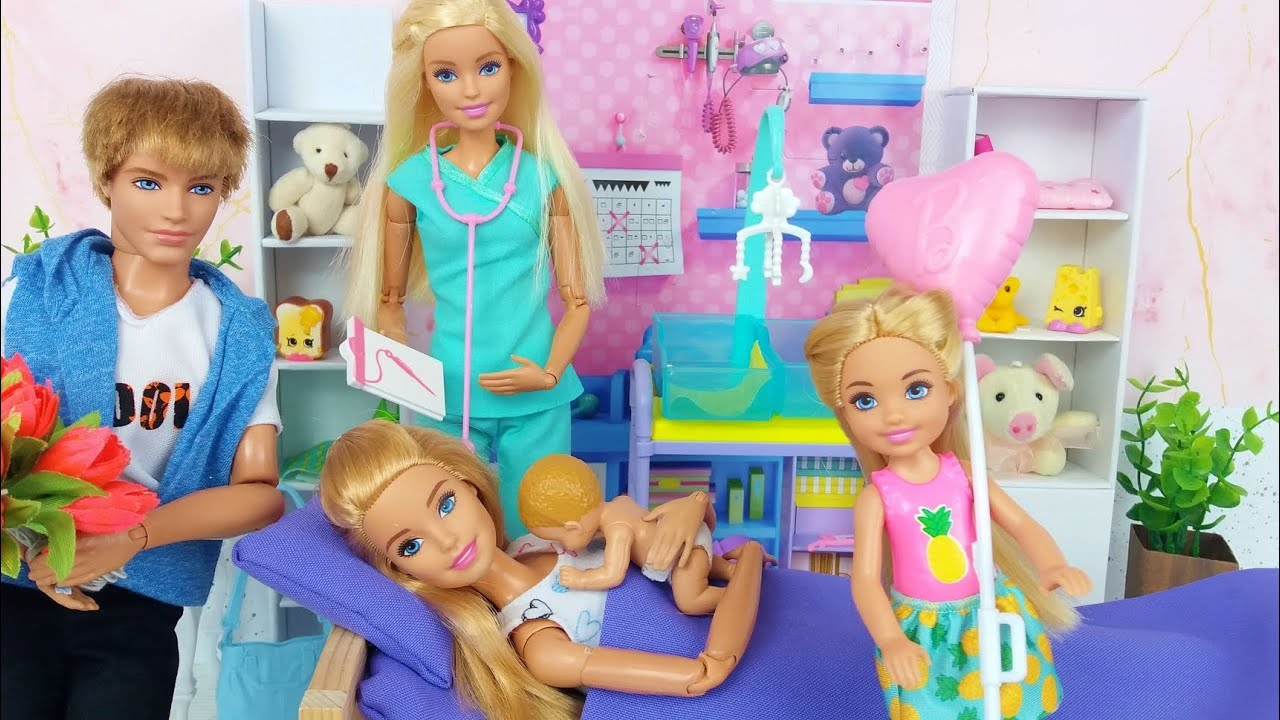 Familia de muñecas Barbie Rutina matutina en una casa Barbie Con dos lindas bebes.