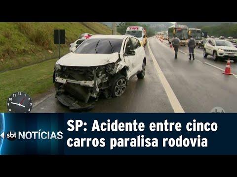 Acidente envolvendo cinco veículos paralisa rodovia em SP | SBT Notícias (15/09/18)