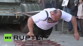 大力士伊万•萨夫金移开37吨坦克