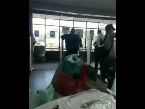 Após ser barrada em mercado, mulher tira a própria calcinha e usa como máscara; veja vídeo