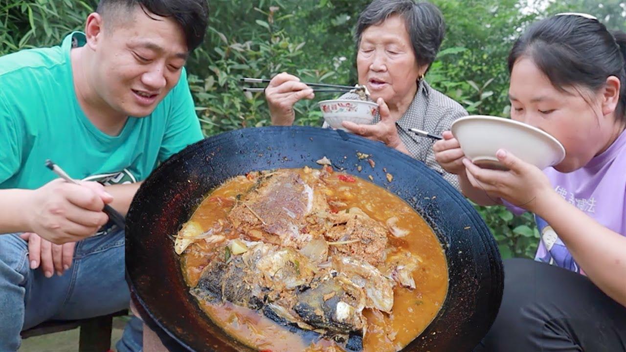 舅舅送条10斤大鱼,老公下厨露一手,铁锅炖鱼60分钟,胖妹吃嗨了