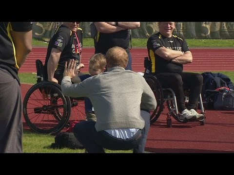 Harry teaches a child to box as he meets Invictus Games hopefuls