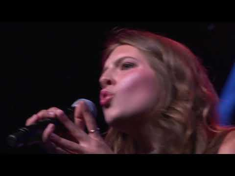 """Avery Madilyn Veteto singing a cover ofGuns N' Roses' """"Sweet Child o' Mine"""" at a Pops concert"""