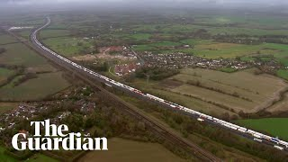 Lorry drivers blare horns in protest at border backlog in Kent